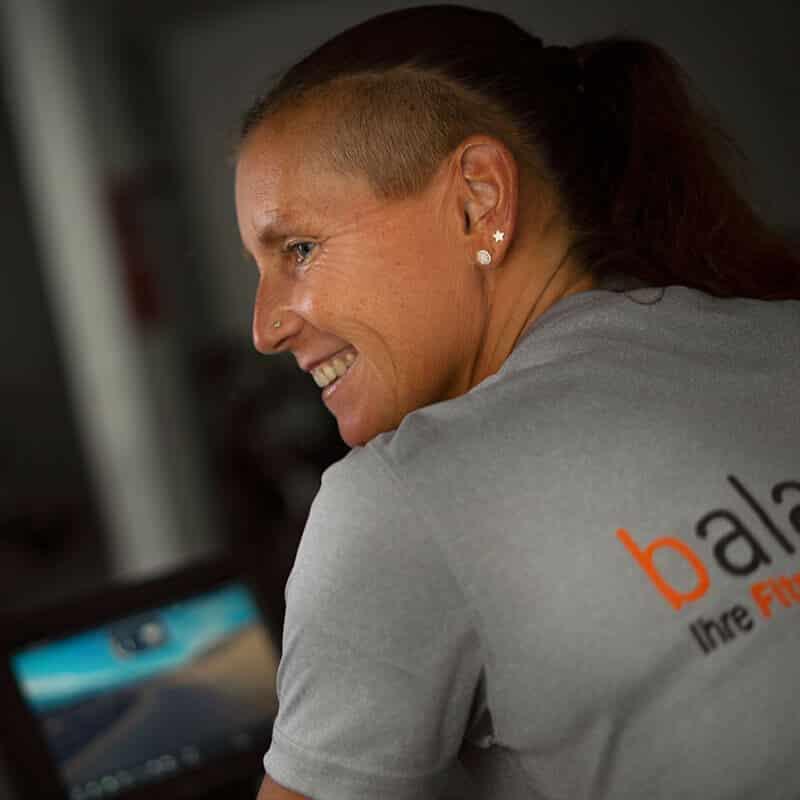 Die erfahrene Trainerin Kerstin Hirschleb motiviert die Gruppe beim Spinningkurs in der balance Fitnesslounge.