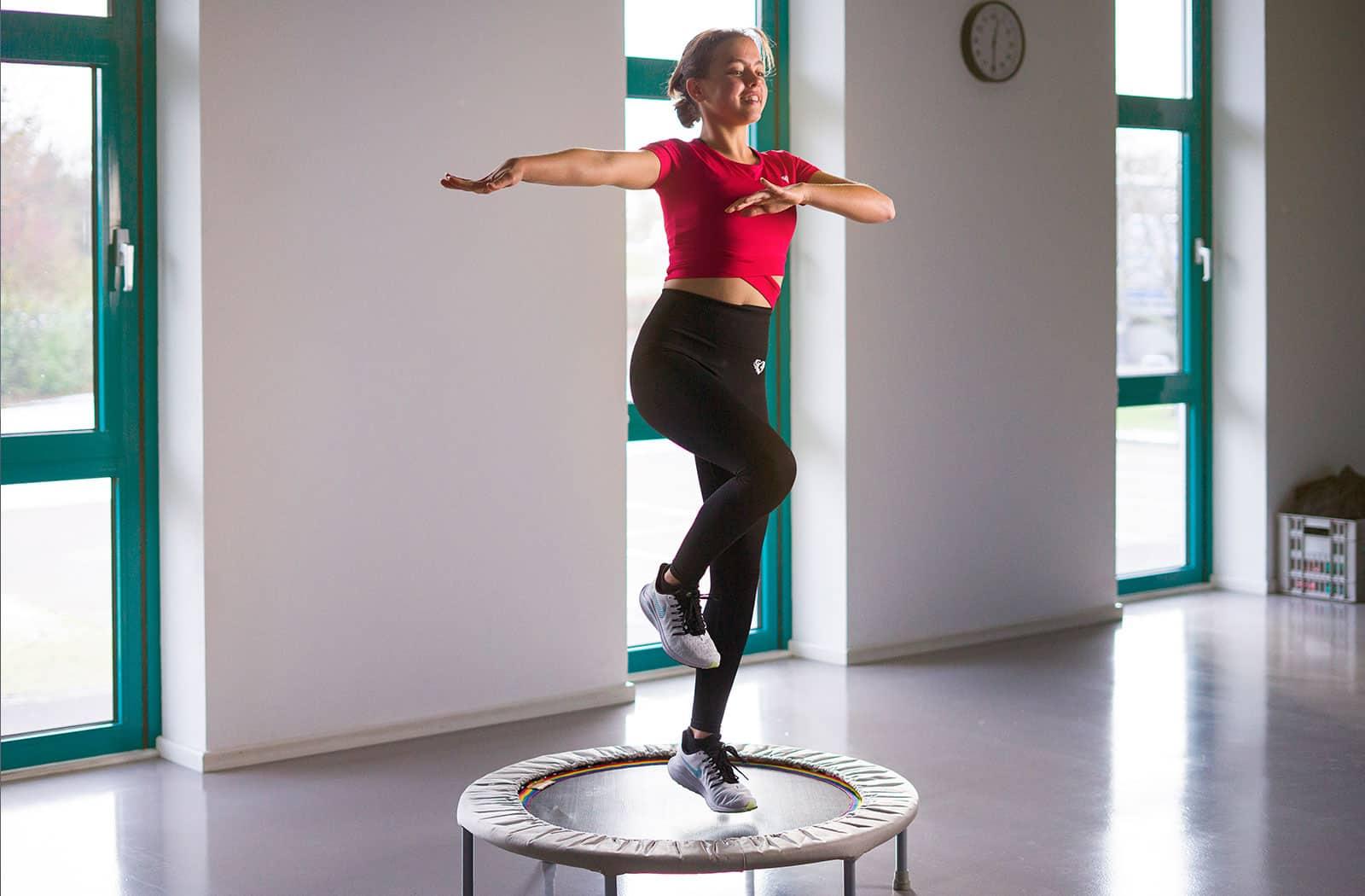 Das energievolle Workout mit Trampolin findet mehrmals die Woche in Kursraum 1 des balance Fitnessstudios statt.