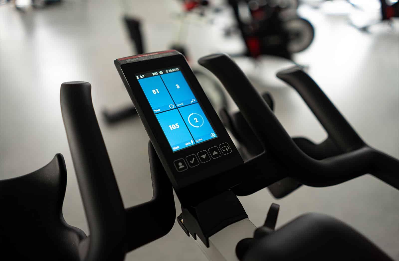 Die Spinningräder in der Fitnesslounge sind mit digitalen Displays ausgestattet. Die farbigen Anzeigen motivieren den Sportler sein bestes zu geben.