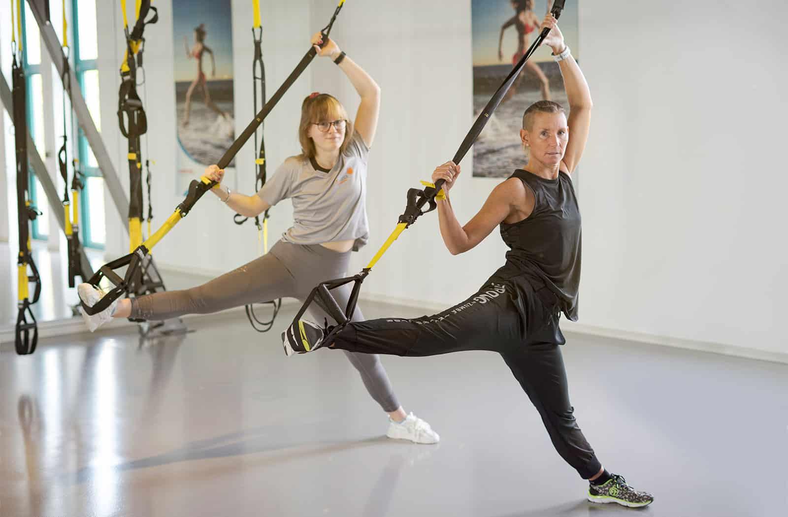 Die Schlingen des TRX Suspension Systems unterstützen den Sportler beim ausführen yogatypischer Posen. Ergänzt werden die gymnastischen Elemente durch kräftigende Übungen.