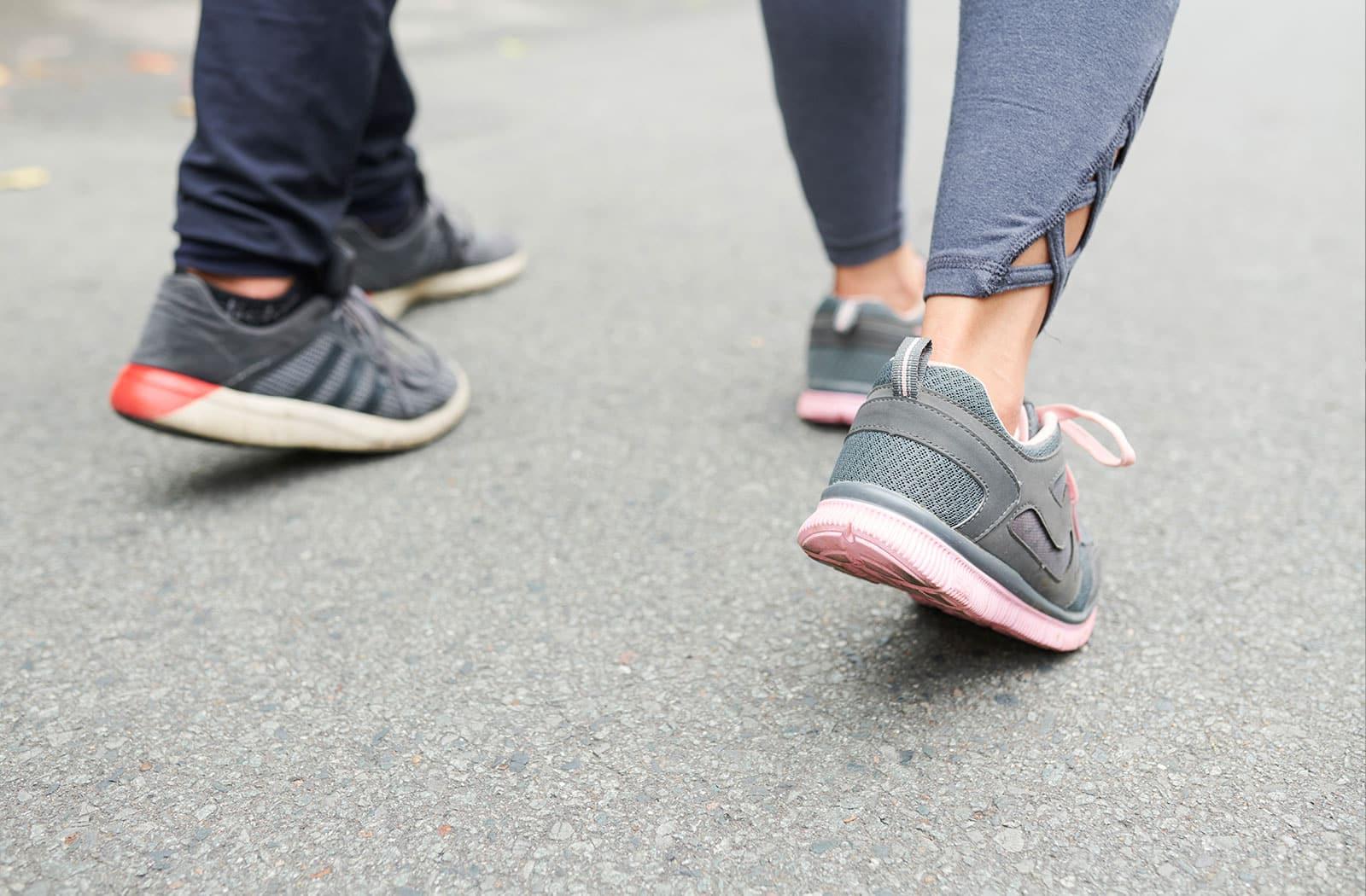 Das gemeinsame aktive Gehen an der frischen Luft in Kitzingen bringt Energie für einen sportlichen Start ins Wochenende.