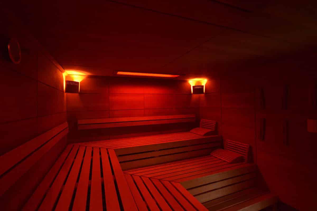 Das Saunieren nach dem Training im Fitnessstudio verbessert die Regeneration.