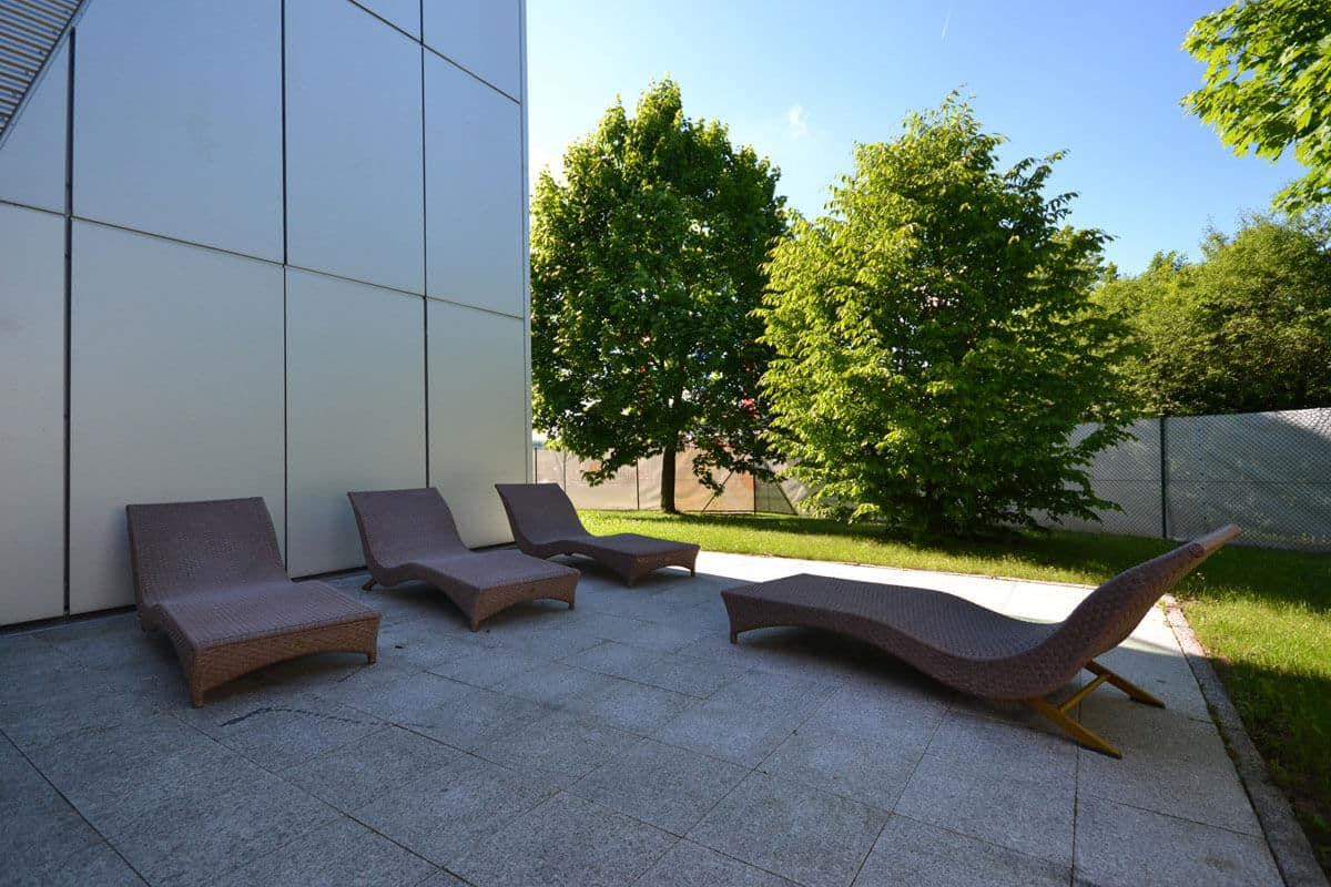 Im Außenbereich der Fitnesslounge kann man wunderbar nach einem kräftigendem Training entspannen.