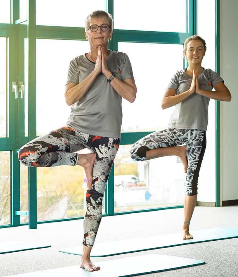 Brigitte Lemsch und Daniela Firsching beim Yoga im Fitnesscenter - Namaste.