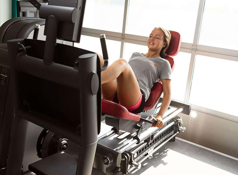 Daniela Firsching zeigt die korrekte Ausführung der Übung an der Beinpresse zur Stärkung der Beine sowie des gesamten Rumpfmuskulatur.